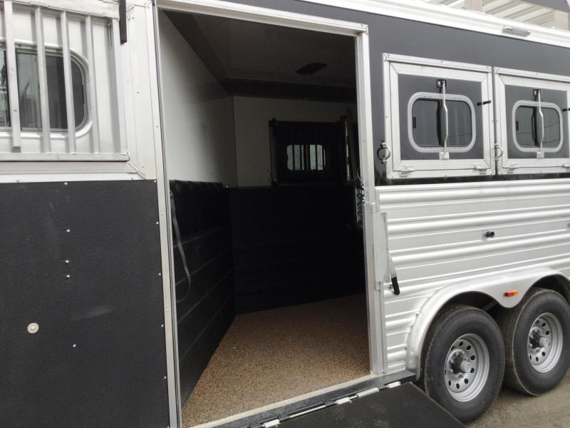 2017 LOGAN COACH RAZOR 4 HORSE 812 PLATINUM LIVING QUARTERS WITH SIDE LOAD AND FULL REAR TACK ***JUST REDUCED***