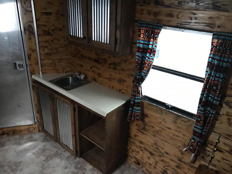 USED Cherokee 4 Horse Gooseneck Trailer-NICE Dressing Room