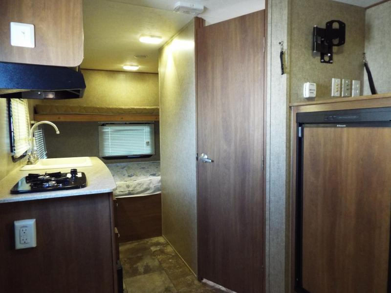 WOW!! 2015 Coachmen Apex 18 ft Bunk House Single Axle Camp Trailer - Frameless Windows!- Like NEW Condition!