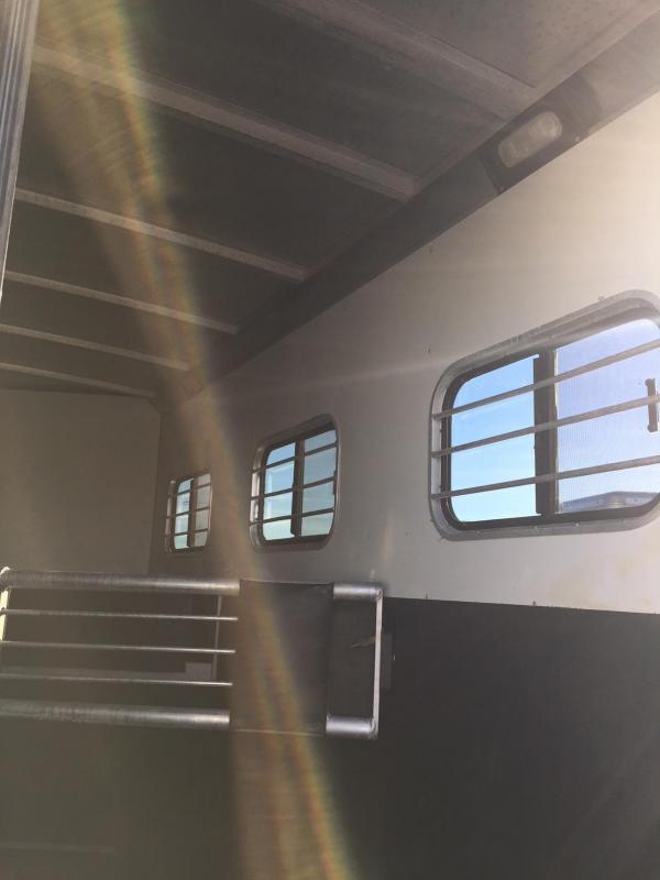 2000 Sundowner Trailers Valuelite 3H GN Horse Trailer