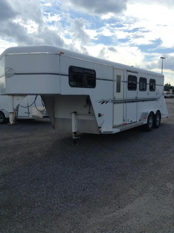 2004 Bee Trailers Horse Trailer