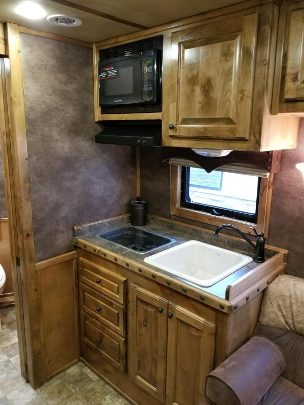2016 Bloomer 12.8 SW 4 Horse Outlaw Interior
