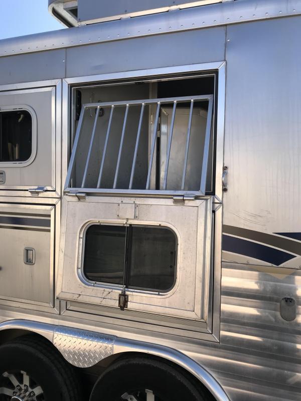 2009 Sooner 11ft Short Wall Slide Out 3 Horse Trailer