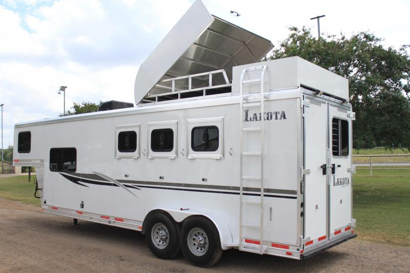 2014 Lakota 3 Horse 9' LQ with Haypod