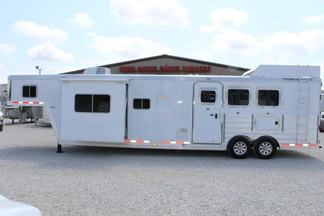 2016 Featherlite 3 horse with 15' Living Quarter w/slide out