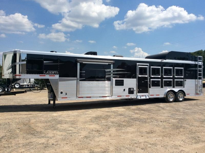 2019 Lakota Trailers 4 Horse 15' Living Quarter w/Slide-Out