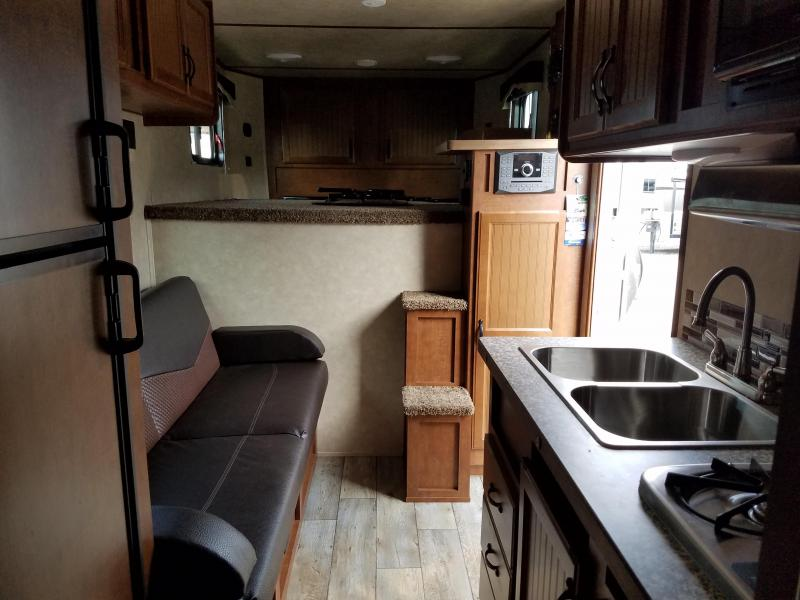 2019 Bison Trailers 7211TH Horse Trailer