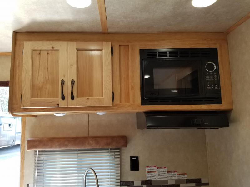 2019 Bison Trailers 8411 Ldrs Horse Trailer Trailer