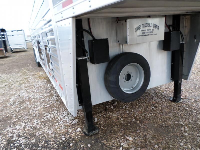 2015 Featherlite 8127-7036 Livestock Trailer