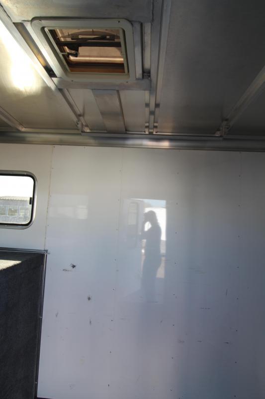 2006 Sundowner  Sunlite 727 - 5 Horse Trailer - Two Stud Walls - Two Drop Down Tail Side Windows - Escape Door - Rear Ramp -