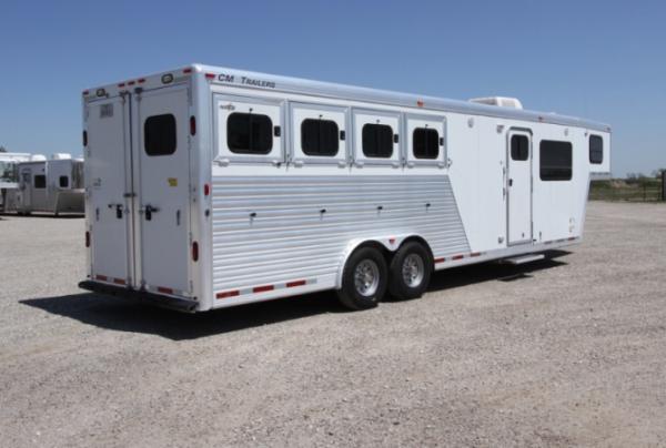 2004 CM 4H 10' SW LQ Horse Trailer