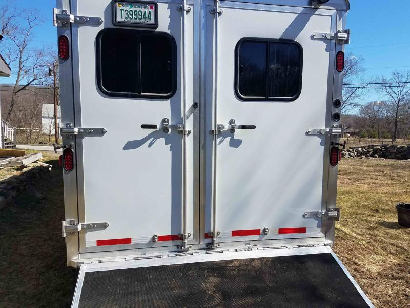 2013 Bison 3 Horse Slant With Living Quarters
