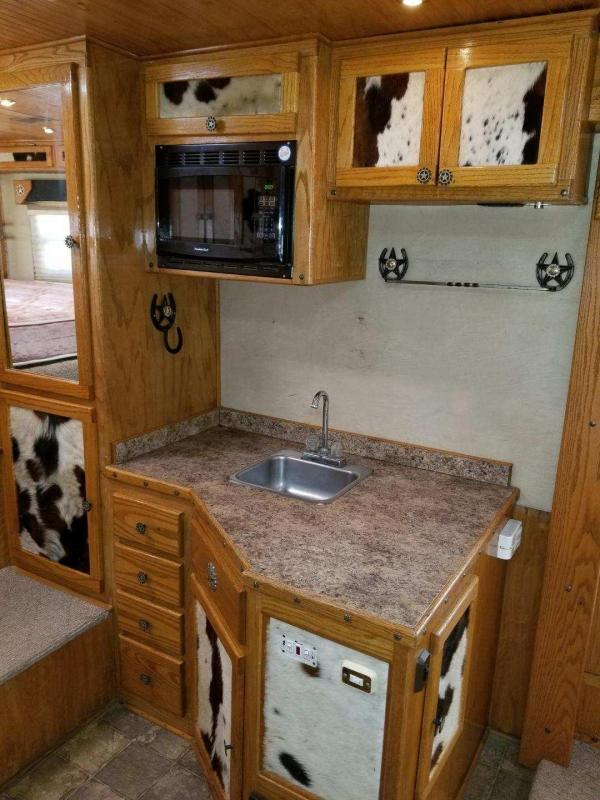 2005 Bloomer Trailer Manufacturing 4H LQ Horse Trailer