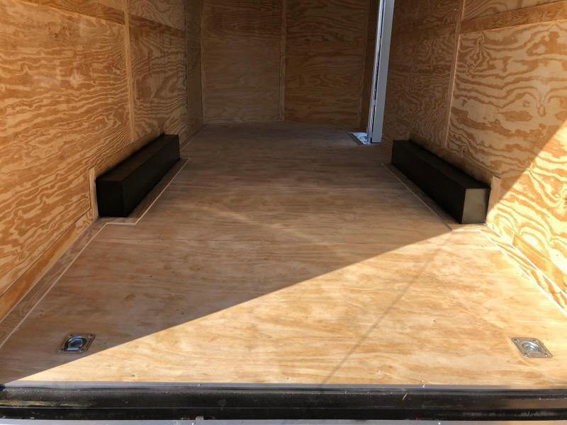 DIAMOND CARGO 2019 8.5' x 20' SILVER SEMI-SCREWLESS TANDEM AXLE ENCLOSED CARGO TRAILER