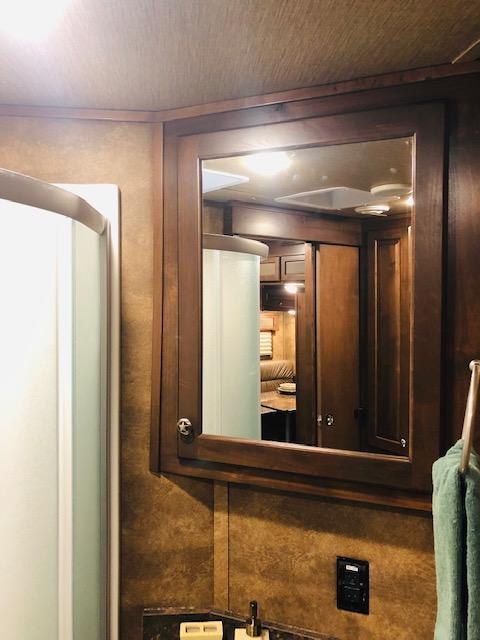 2019 Merhow 4 Horse 13.5'SW Dinette/Sofa