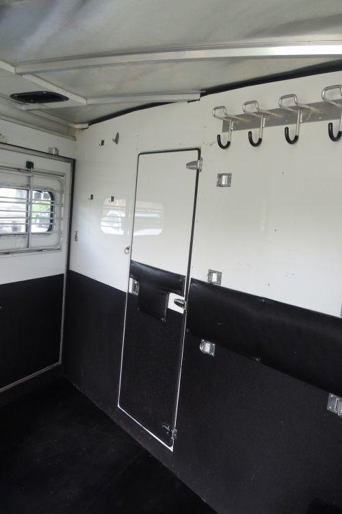 2005 Sundowner Trail Blazer III LQ 8308 Horse Trailer