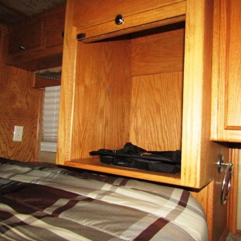 2007 Dream Coach 8313 Hprse Trailer w/ Living Quarters w/Midtack and Generator