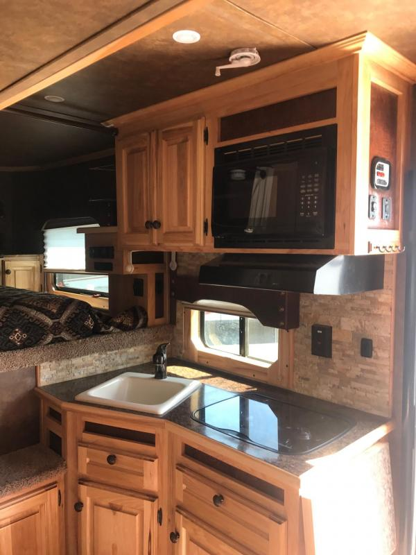 2017 Sundowner Horizon 8010 3H LQ Horse Trailer