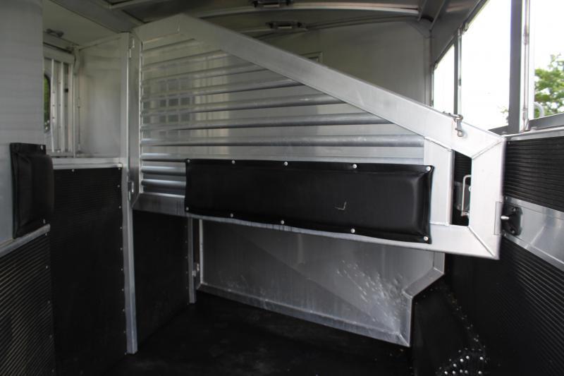 2011 Elite 3 Horse 10.8ft Living Quarter with Generator