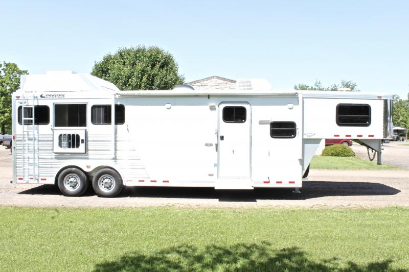 2012 Cimarron 3 Horse with a 10ft LQ w/Generator and Dinette