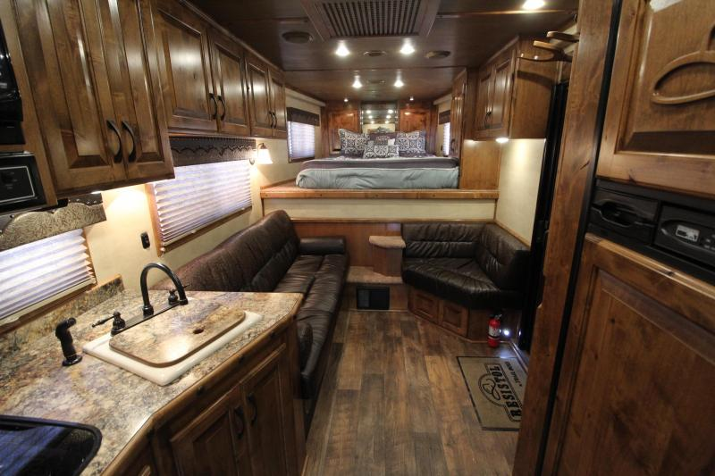 2017 Elite 4 Horse 13.8ft Shortwall with Integrated Haypod