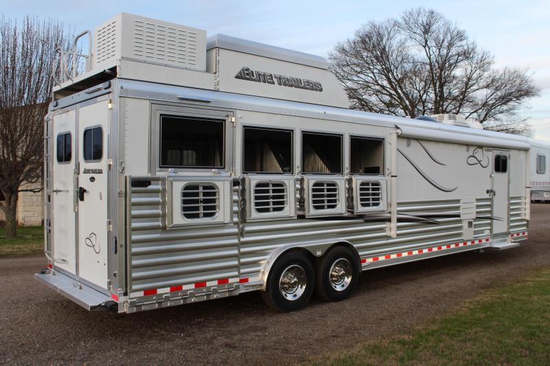2019 Elite 4 Horse 13.8ft Shortwall Side Load Resistol Horse Trailer