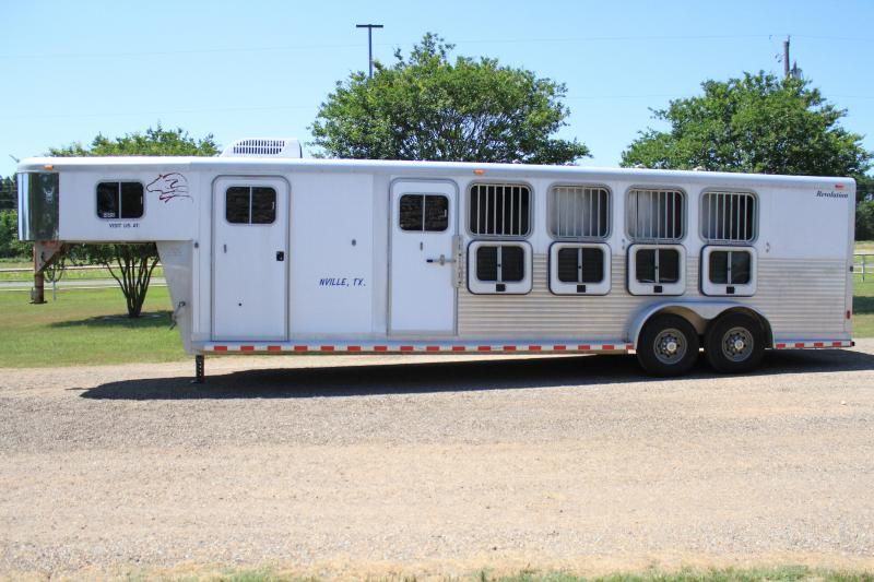 2002 Sooner 4 Horse w/ Mid Tack and A/C on Dressing Room