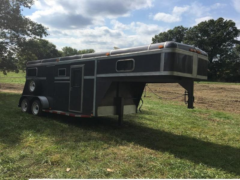 1987 S&S 2-Horse Straight-Load Gooseneck Horse Trailer