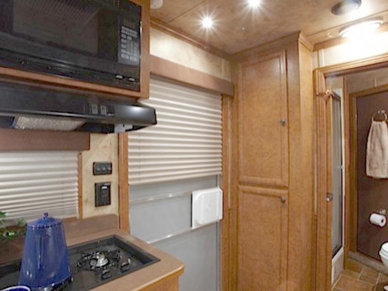 2018 Featherlite 3H 8533 w/ 91 in. Dressing room