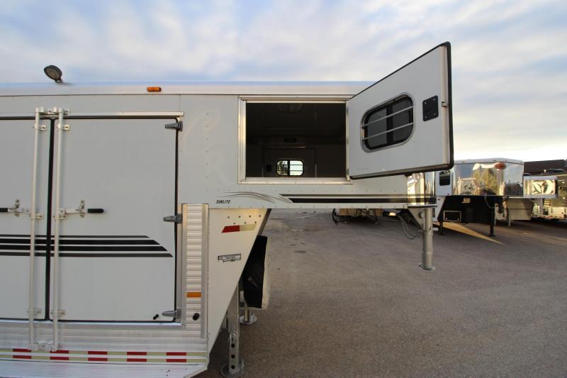 2001 Sundowner Trailers 5HR GN MT Horse Trailer