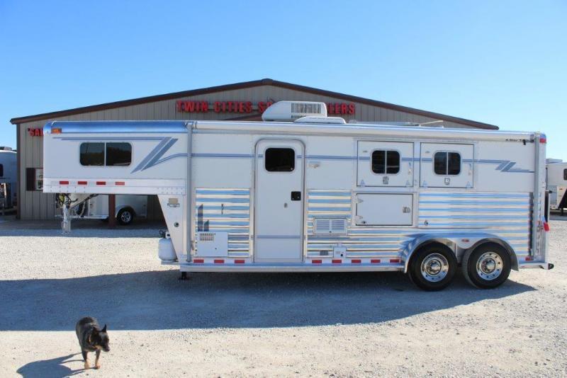 2002 4-Star 2 horse with 8' Living Quarter