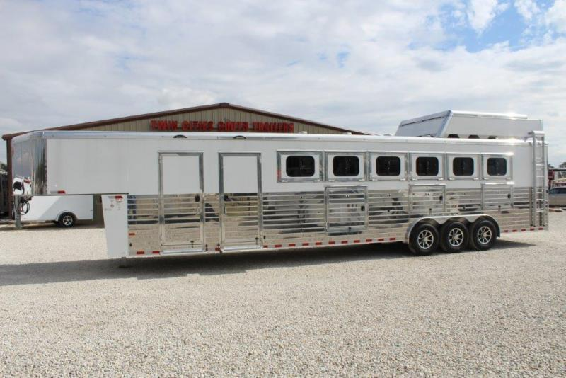 2017 Sundowner 6 horse with dressing room and midtack