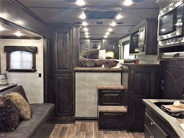 2020 Cimarron 3 Horse 13'6 Outback Living Quarters w/Slide Out- WERM FLOORING!