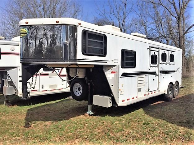 2004 Sundowner 3 Horse 7' Living Quarters w/RAMP & ELECTRIC JACK!