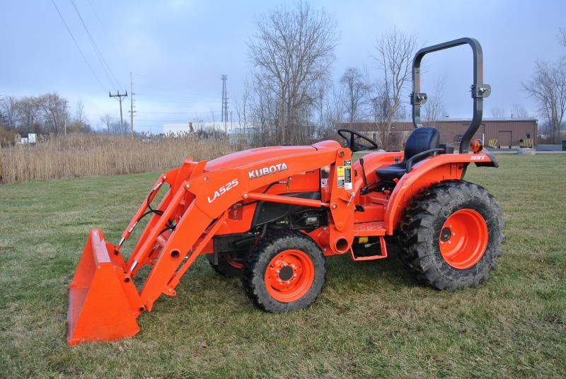 2016 Kubota B3350SU L3301HST Compact Tractor Only 170hrs  Like New!!